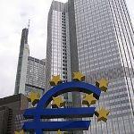 Foto van Europese Centrale Bank met gedeeltelijke euroteken ervoor