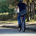 Man met leren zakentas fietsend op een mountainbike