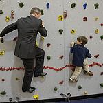 Man en kind op klimmuur