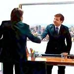 twee zakenmannen in pak schudden hand in kantoor
