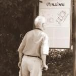 """Man op leeftijd beziet plattegrond met koptekst """"Pensioen"""""""
