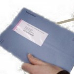 Aangiftebiljet die geopend wordt met briefopener
